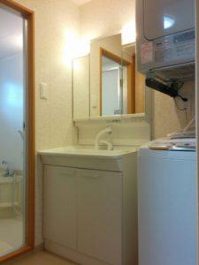 沖縄の北谷にある家具付アパートの洗面所