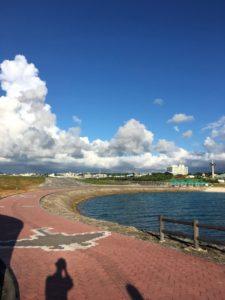 宜野湾市にあるビーチで空と海を眺める