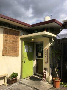北谷町にある「りんくる食堂」の入り口