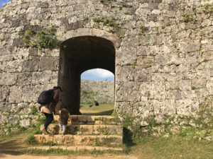 座喜味城跡のトンネル