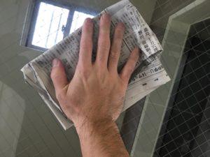 窓ガラスを新聞紙で乾拭き