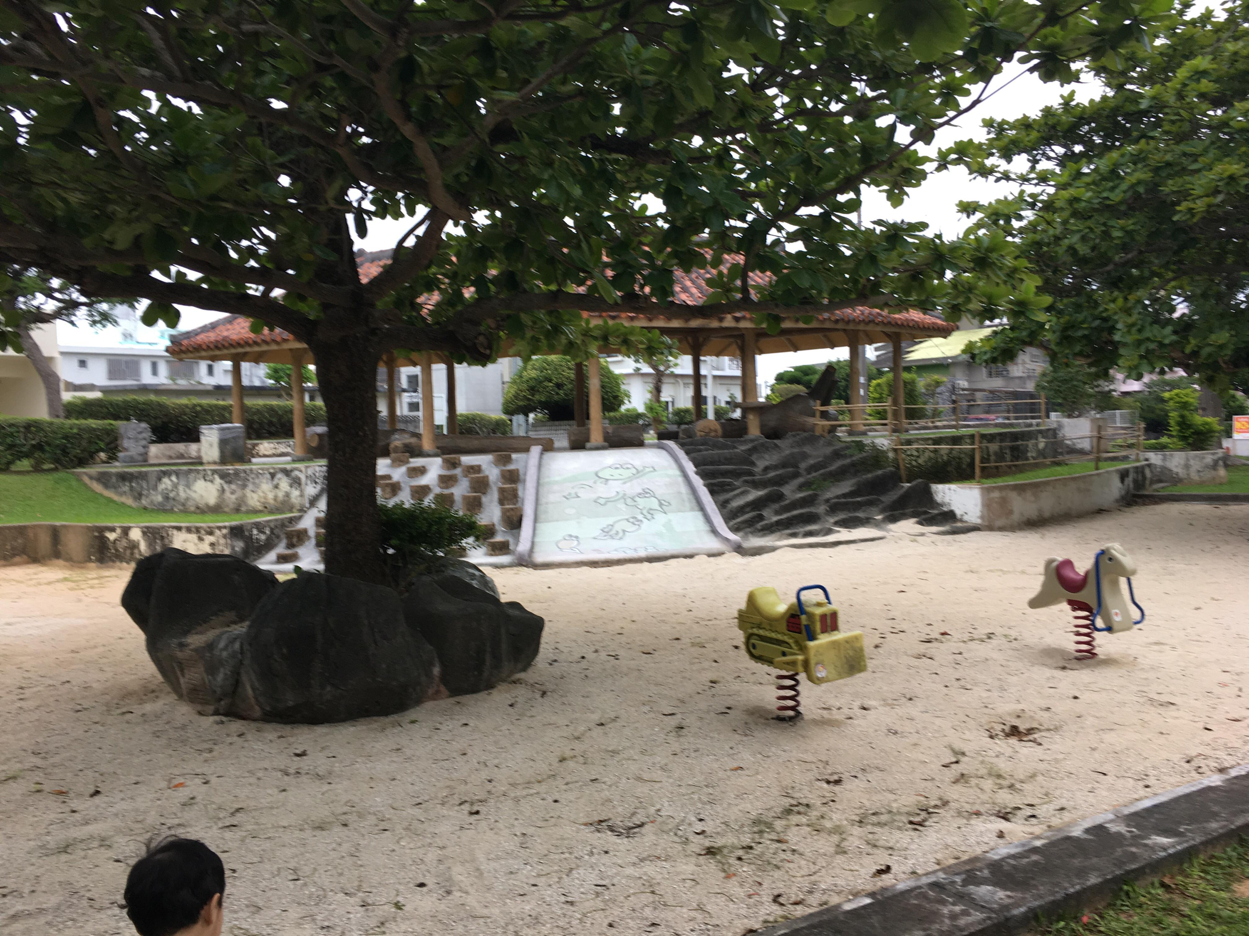 桑江公園の住宅街側の遊具