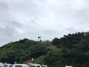 瀬長島の絶景スポットへ続く階段