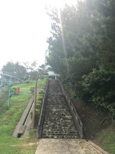 北谷町にある桃原公園の展望台へ向かう階段