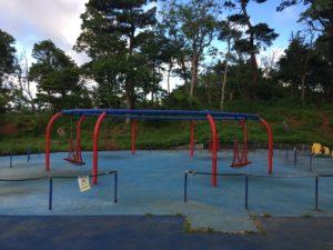 八重島公園にある遊具広場のブランコ