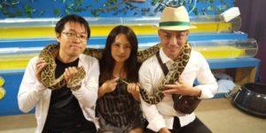 おきなわワールドでヘビと撮影