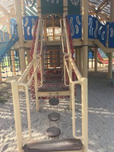 若夏公園の遊具の階段