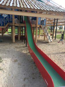 若夏公園のコンビネーション遊具の滑り台