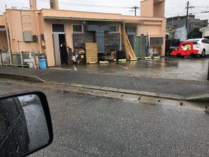 読谷山そばの裏駐車場