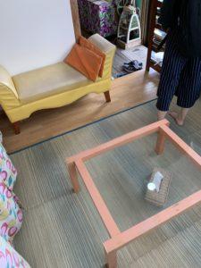 鶴亀堂ぜんざいの床座席のソファー