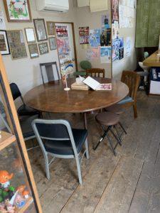 鶴亀堂ぜんざいのテーブル席